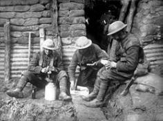 Soldados de la Fuerza Expedicionaria del Canadá en las trincheras de los campos de Flandes, 1915.