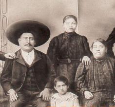 Hermelindo Santos sentado con sus abuelos paternos, Anotonio y Marina, 1907